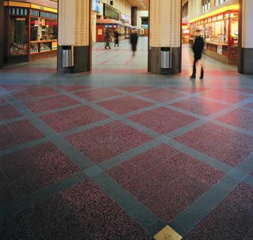 Kivipintainen lattia kestää kulutusta, kosteutta ja kemikaaleja.