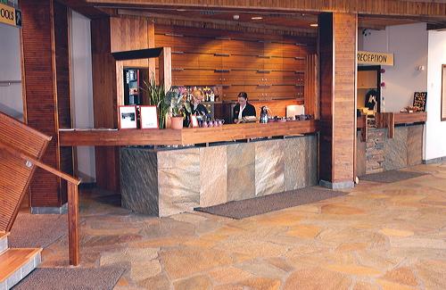 Hotellin aulassa on käytetty lattiakivenä liusketta.