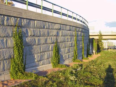 Luonnonkivisiä muurirakenteita on aina käytetty ulkotilojen jäsentelyssä.