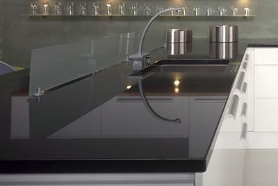 Luonnonkivestä voidaan tehdä kaikki keittiön, pesu- ja kylpyhuonetilojen sekä pöytien tasot. Kivi kestää hyvin kosteutta ja kulutusta.