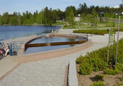 Reunakiviä voidaan käyttää myös vesialtaan ja kulkutien rajaajina.