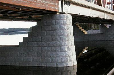 Ensimmäiset sillat perustuivat kiilakivillä tehtyyn holvaukseen. Luonnonkivellä verhoillaan yhä maa- ja välitukia, reunapalkkeja ja päällystetään kansia.