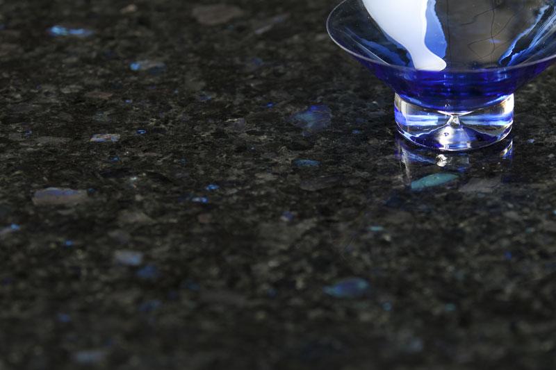 Spektroliittikivitasoa hoidetaan kuten muitakin graniittisia kivitasoja. Kuva: Ylämaan Graniitti Oy