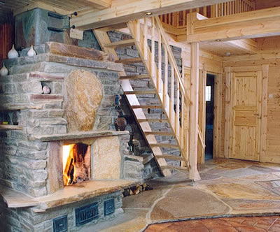 Luonnonkivi on lämpöominaisuuksiensa ja kestonsa vuoksi erinomainen tulisijan rakennusaine.