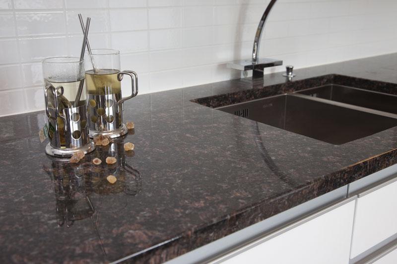 Valmis keittiön kivitaso materiaalina graniitti.