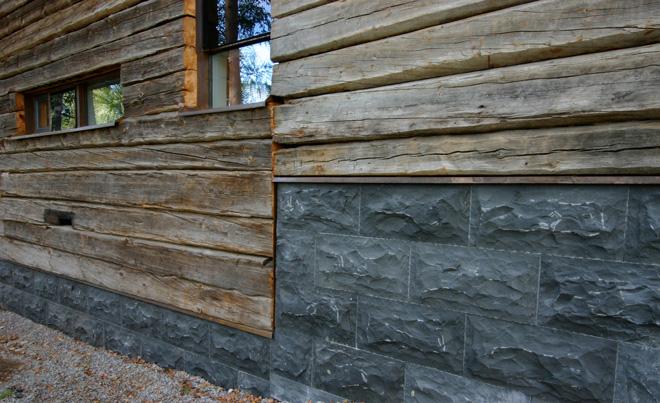 Musta graniittiverhous on asennettu leca-harkkopinnalle. Lisätukea raskaalle materiaalille antaa kivien saumakohtiin piiloon asennetut teräskiinnikkeet.