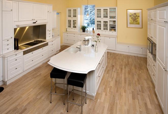 Espoon Keittiömaailman Joni Tuominen on valinnut kiveä myös kotinsa keittiötasoihin.