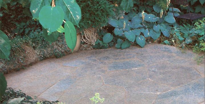 Suomalaisesta kivestä syntyy helppohoitoinen pihapiiri.