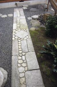 Kiviset polut suunnitellaan hyvin tarkasti kivi kiveltä.