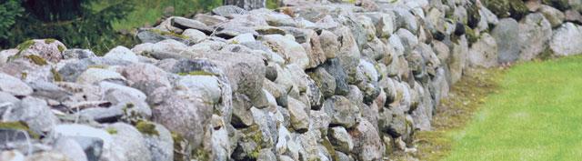 Rakennusvaiheessa löytyneet kivet voidaan käyttää luontevasti pihan rakentamisessa. Kuva: Mari Mörö