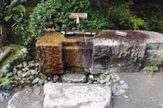 Japanilaisen puutarhan sisäänkäynnin yhteydessä on kivistä tehty vesiaihe, ennen puutarhaan astumista puhdistaudutaan henkisesti pesemällä kädet.