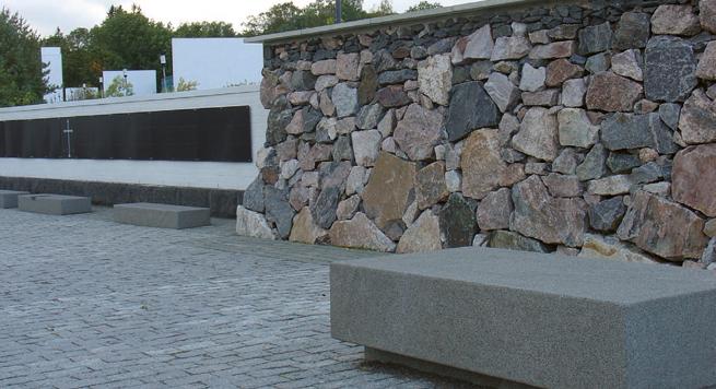 Kokoontumispaikan pintamateriaali on luonnonkivi, harmaa ja musta nupukivi. Muurin eteen sijoitettiin kivipaasia, joille voidaan tuoda omaisten leikkokukat ja kynttilät.