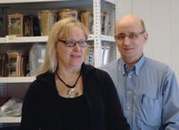 Anne ja Ilkka Hirvilahti käyttävät nykyaikasta tekniikkaa hautakivien suunnittelussa.