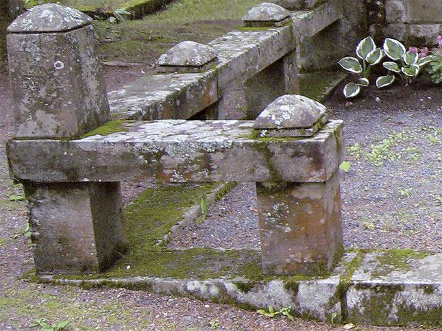 Jäkälät ja sammalet valtaavat vanhan hautamuistomerkin