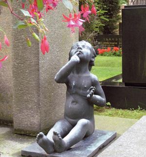 1930-luvun hautaveistokset muistuttavat suorastaan puutarhaveistoksia. Jussi Vikaisen veistoslapsi Turussa vuodelta 1933.