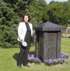 Tuhkaholvi on luonnonkivestä valmistettu hautamuistomerkki, jonka sisään vainajien tuhkat sijoitetaan. Toimitusjohtaja Marita Mielonen esittelee tuhkaholvia tuhkapusseineen sekä tuhkan lukitsevaa kivilevyä.
