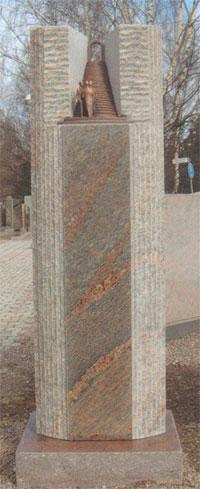 Mittasuhteet, kiven työstö sekä veistos tekevät kuvan hautakivestä yksilöllisen. Mallin suunnittelu: Anne Hirvilahti