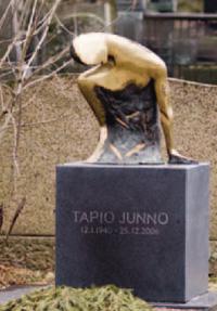 Kuvanveistäjä Tapio Junnon muistomerkki Hietaniemen hautausmaalla.