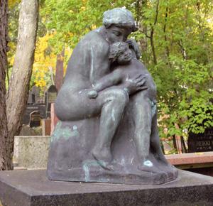 Elämäniloinen patsasaihe on harvinaisuus haudoilla. Ville Vallgrenin 1914 tekemä patsas Helsingin Hietaniemessä.