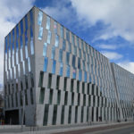 OP-Vallilan rakennuksessa on käytetty julkisivussa Viitasaaren vaaleaa graniittia ja rakennuksen edustalla kadunpäällysteenä Kurun harmaata graniittia. Kuva: Olavi Selonen.